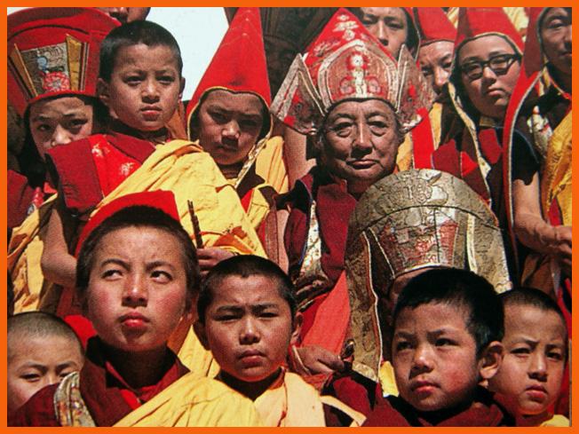 khyentse-rinpoche-parmi-les-enfants.1266495634.jpg