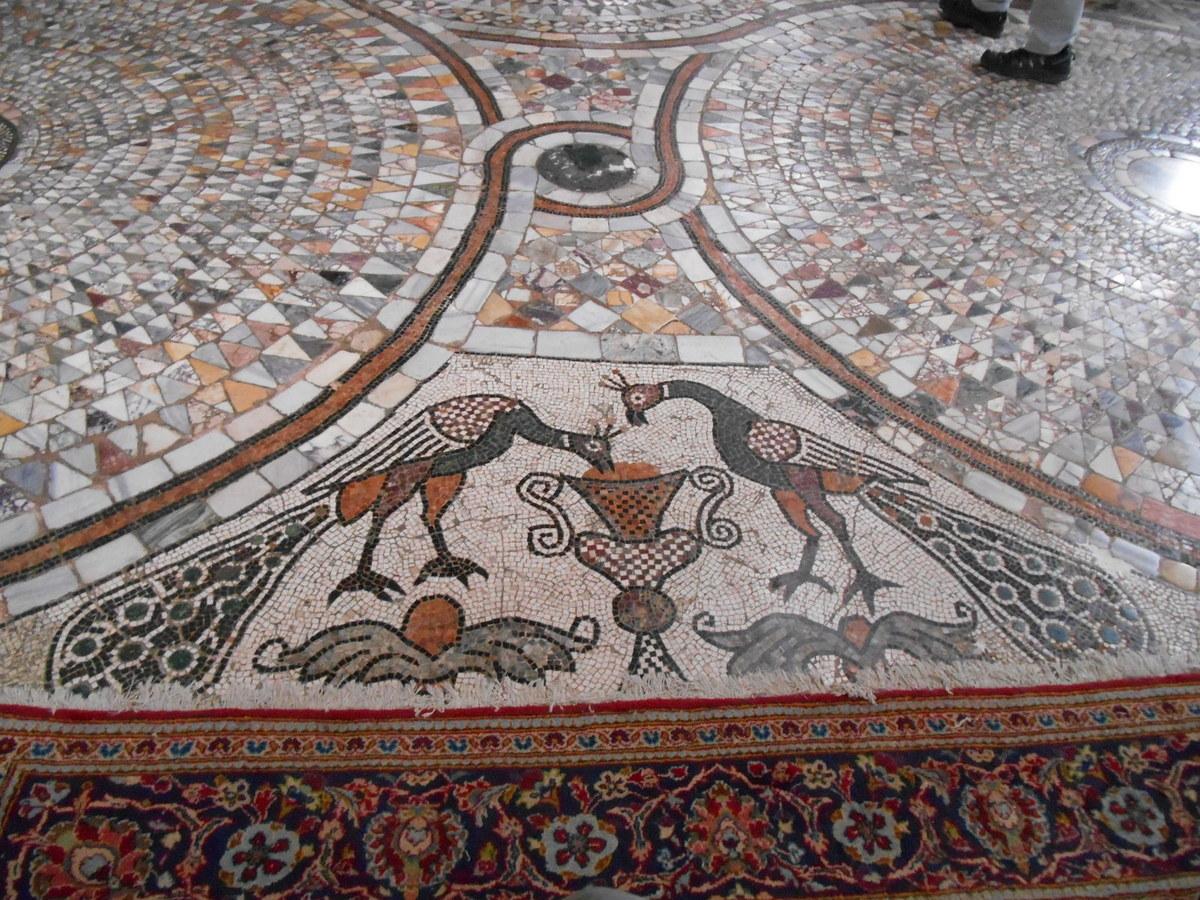 Le pavement de mosaïque fut achevé en 1411.