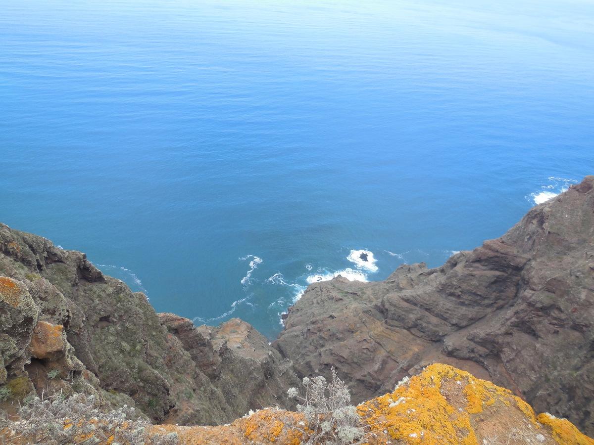 Gorges étroites plongeant vers l'océan...