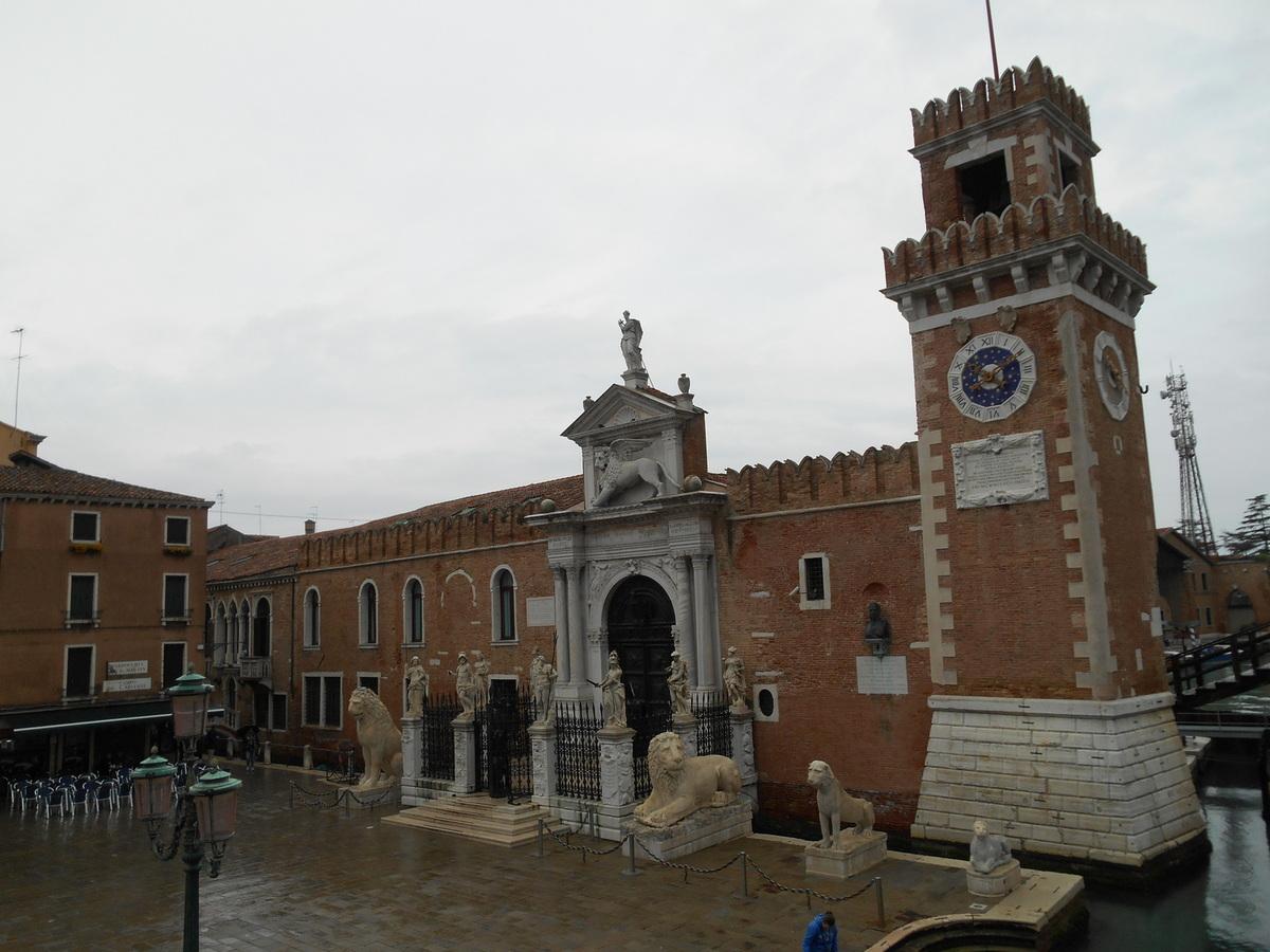 L'entrée terrestre et son imposant portail Renaissance orné de lions (Datation:environ 1460)