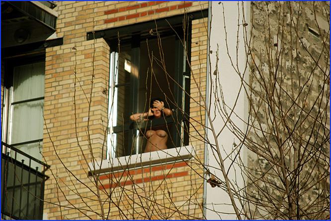 Filles nues à la fenêtre