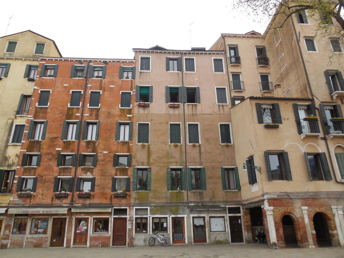 Le campo di Ghetto Nuovo entouré de demeures particulièrement hautes pour Venise.