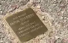 Stolperstein im Asphalt zu Gedenken an die Opfer des Nazi-Terrors