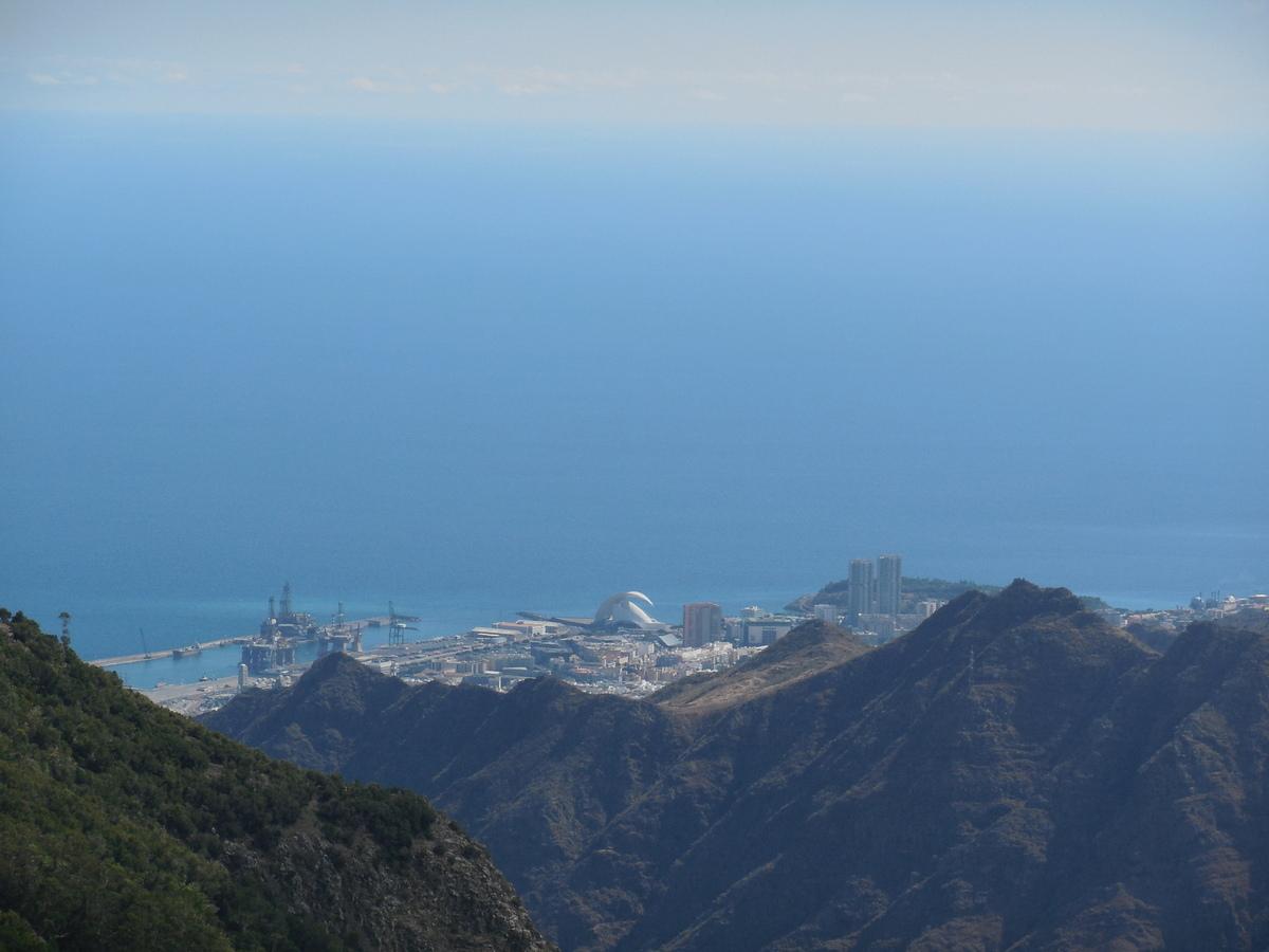 Dans le bas, la capitale de l'île: Santa Cruz de Ténérife