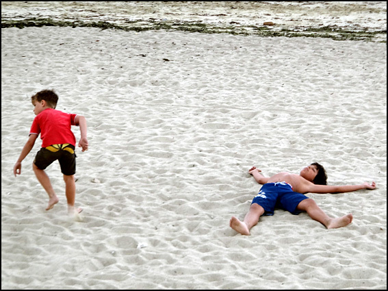 gamin mort jeu de plage