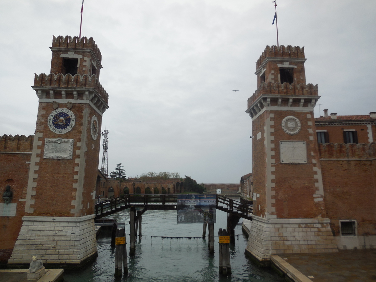 et l'entrée de l'Arsenal ou nous nous rendrons après la visite du Musée Naval.(http://www.lanoque.com/2014/06/venise-quartier-par-quartier-castello.html)