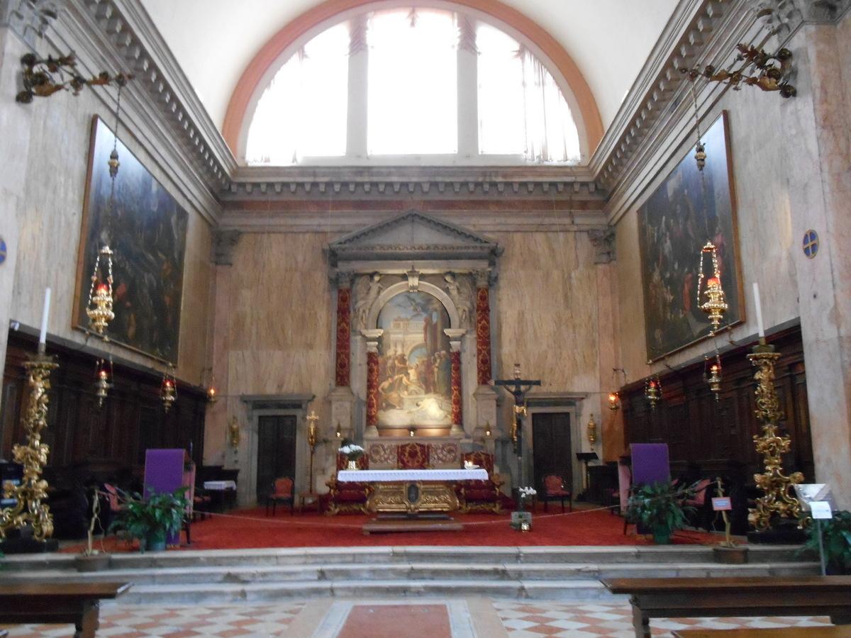 Nef unique flanquée de chapelles latérales.