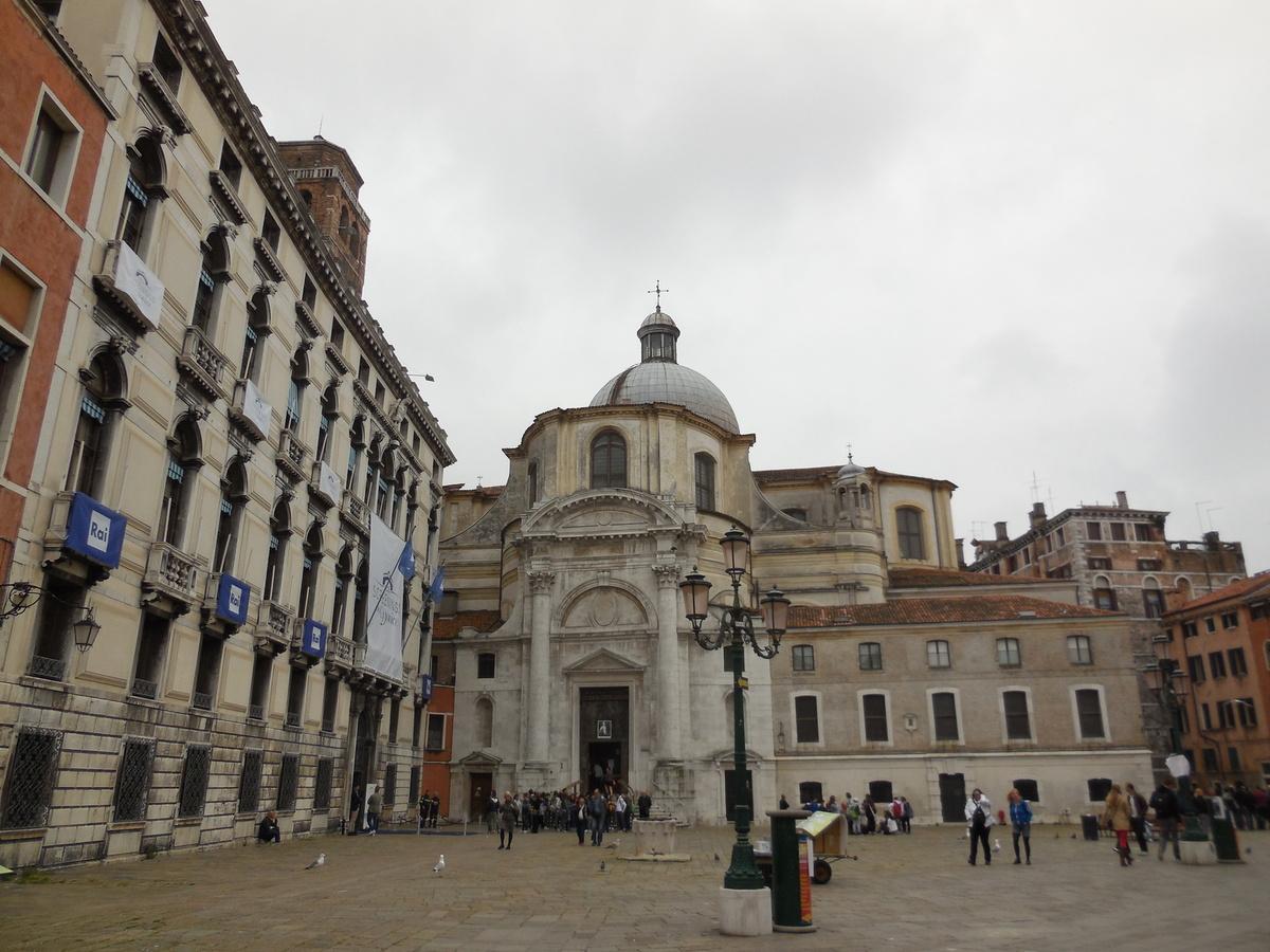 A gauche, le Palazzo Labia qui abrite depuis les années 1960 les bureaux de la RAI (TV italienne). En face, l'église San Geremia e Santa Lucia.