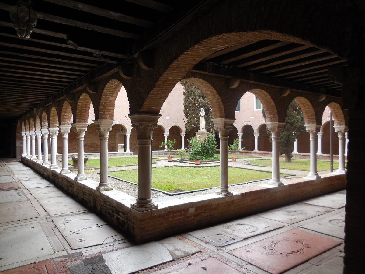 Monastère composé de deux cloîtres...