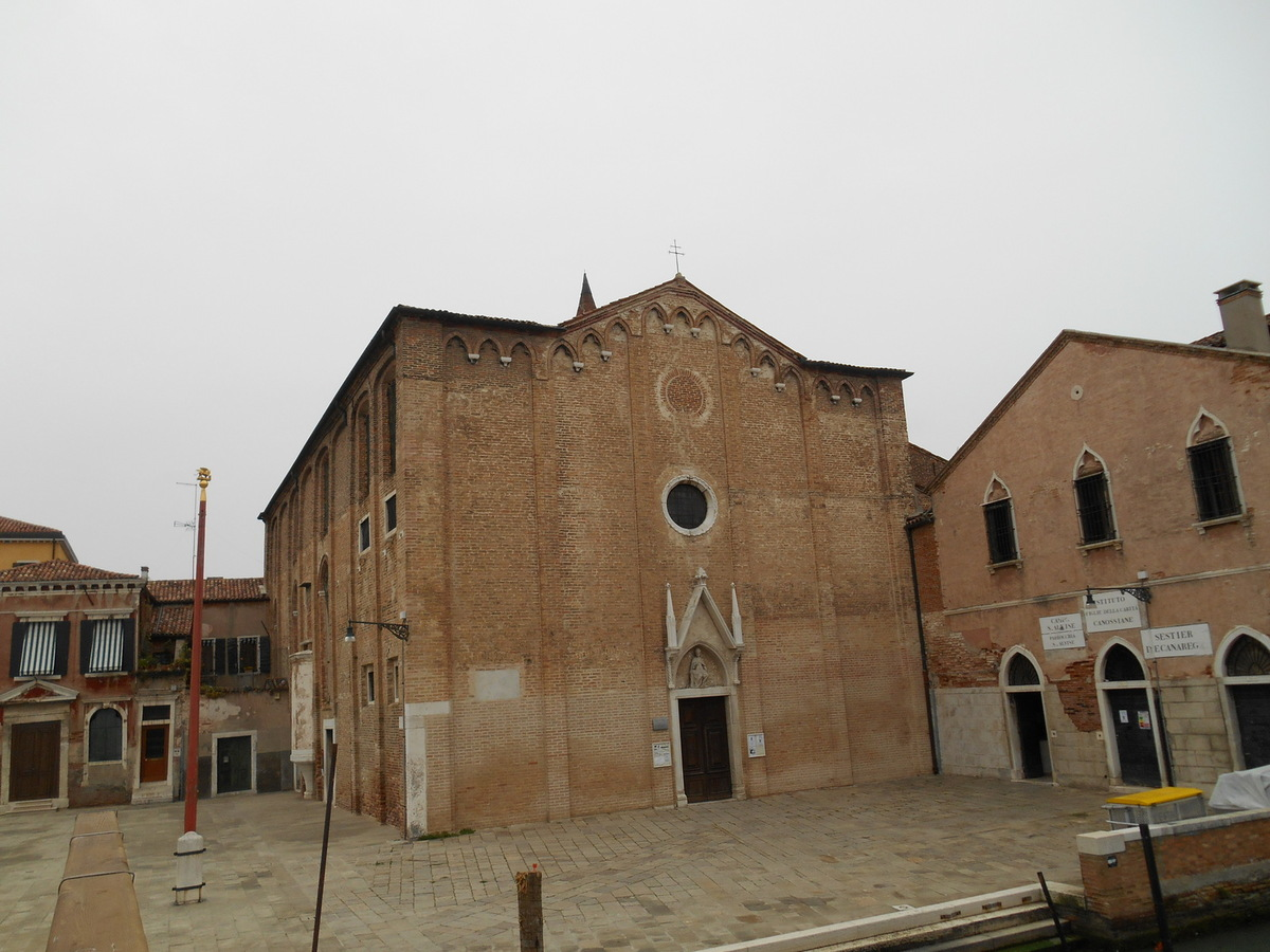 Arrivée Campo San Alvise où se dresse l'église dédiée à Saint Louis d'Anjou. Eglise dont la façade est d'une grande sobriété...par contre, l'intérieur ...