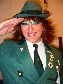 """Dirk Bachhausen, 1. Vorsitzende von """"St. Sebastianus und Afra"""", mit perfekt passendem Make Up."""