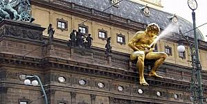 sculpture-david-cerny-narodni-divadlo.jpg