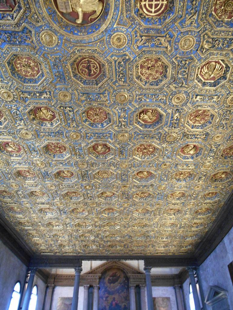 Plafond de la bibliothèque...ce plafond magnifique en bois doré est l'œuvre de Vettor Scienzia da Feltre et de Lorenzo di Vincenzo da Trento.