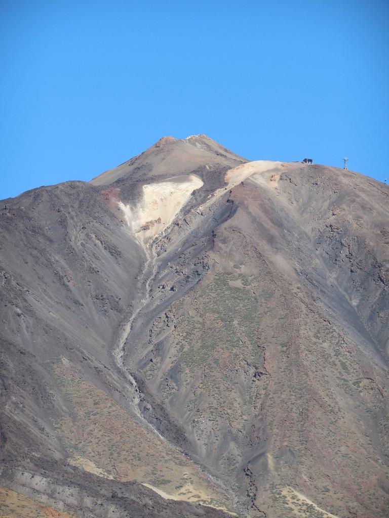D'ici, nous apercevons le téléphérique qui monte vers le sommet du Teide...mais il s'arrête à 3555m soit à environ 160 m du point le plus haut.