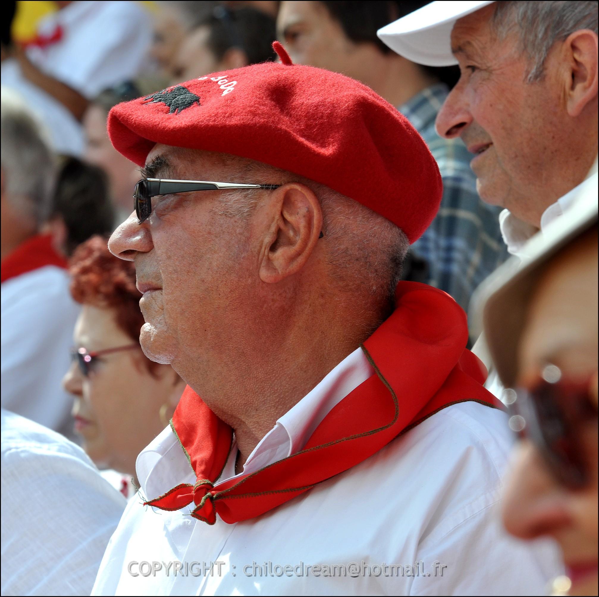 Voyage Pays Basque - Dax ; Corrida à cheval en rouge et blanc 8