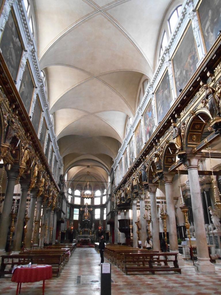 qui contraste avec la richesse de la décoration intérieure.Oeuvres du Tintoret, Palma le Jeune, Andrea Schiavone...
