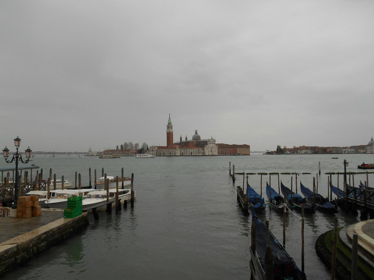 En face, l'île de San Giorgio Maggiore...
