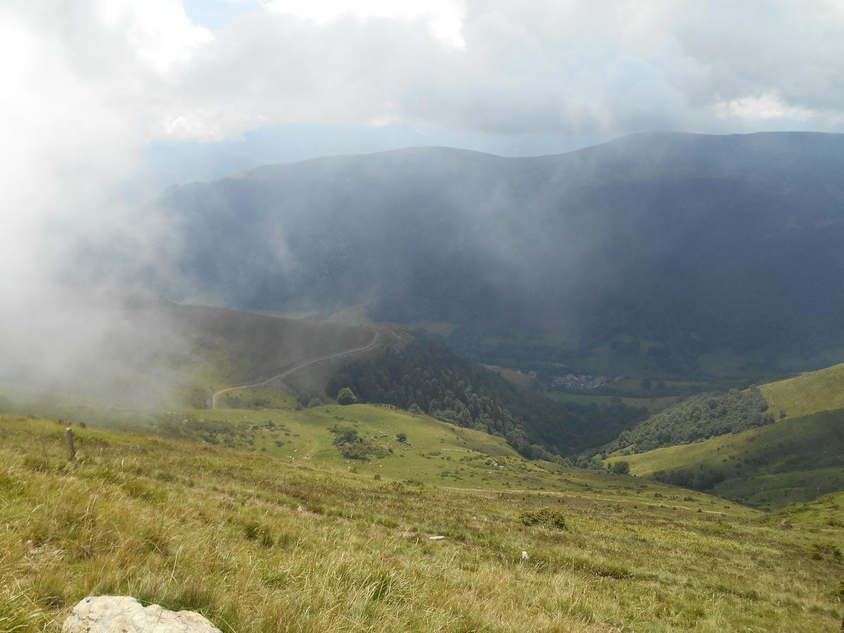 Une trouée dans les nuages nous permet d'apercevoir le village de Cirès.