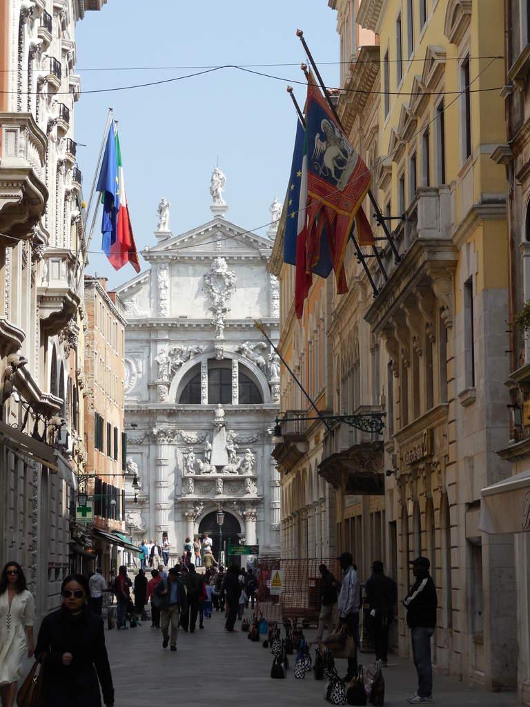 Façade baroque richement ornée de guirlandes sculptées.