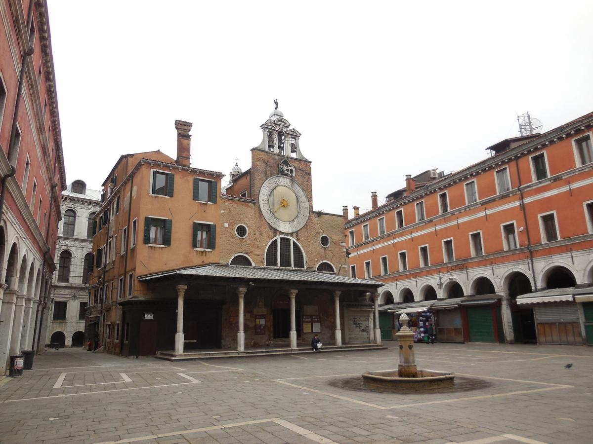 Pas le moindre passant devant l'église San Giacomo di Rialto.
