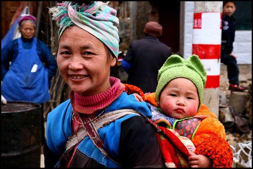 Blog - Sourire et curiosite sur un marche Buyi