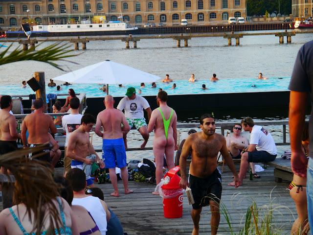 Vivre à Berlin : Badeschiff ; une piscine sur les bords de la Spree 1
