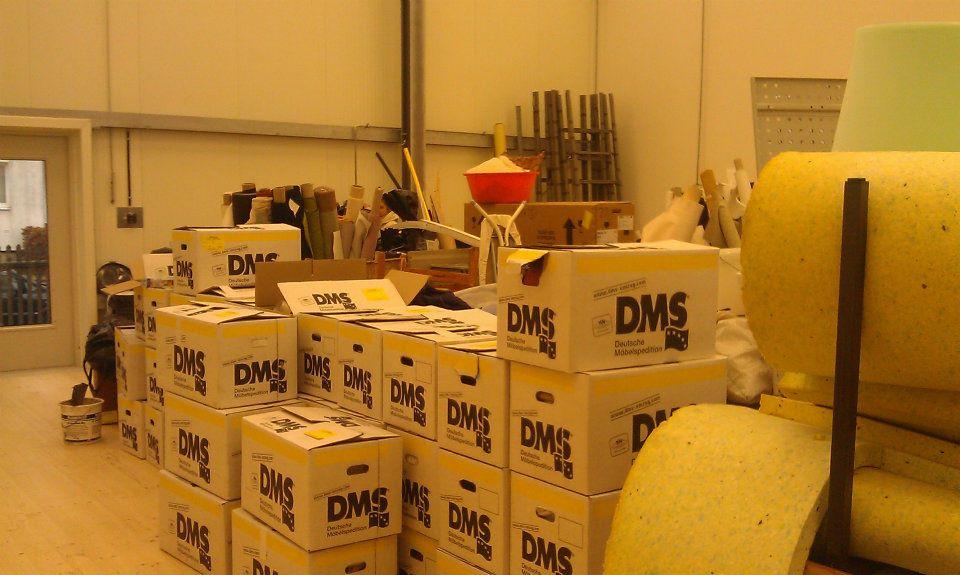 Kisten in der neuen Werkshalle