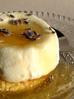 Cuisine française : faisselle maison sur un sablé breton au miel et lavande 1