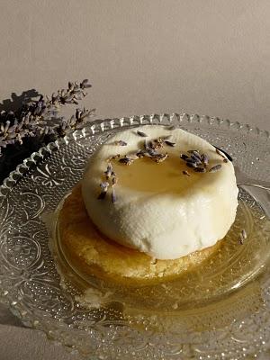 Cuisine française : faisselle maison sur un sablé breton au miel et lavande 2