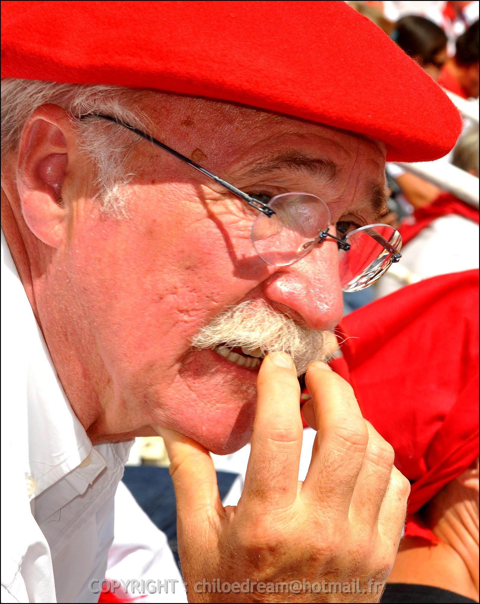 Voyage Pays Basque - Dax ; Corrida à cheval en rouge et blanc 1