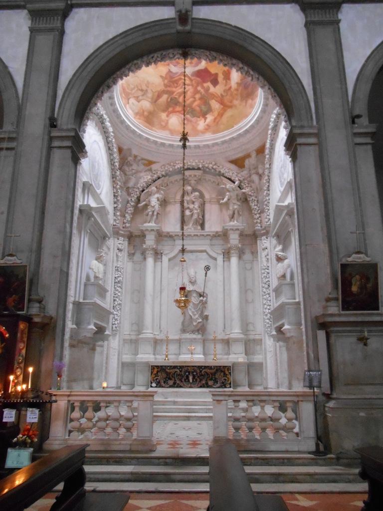 Une des cinq chapelles bordant une nef unique.(Chapelle Sagredo)