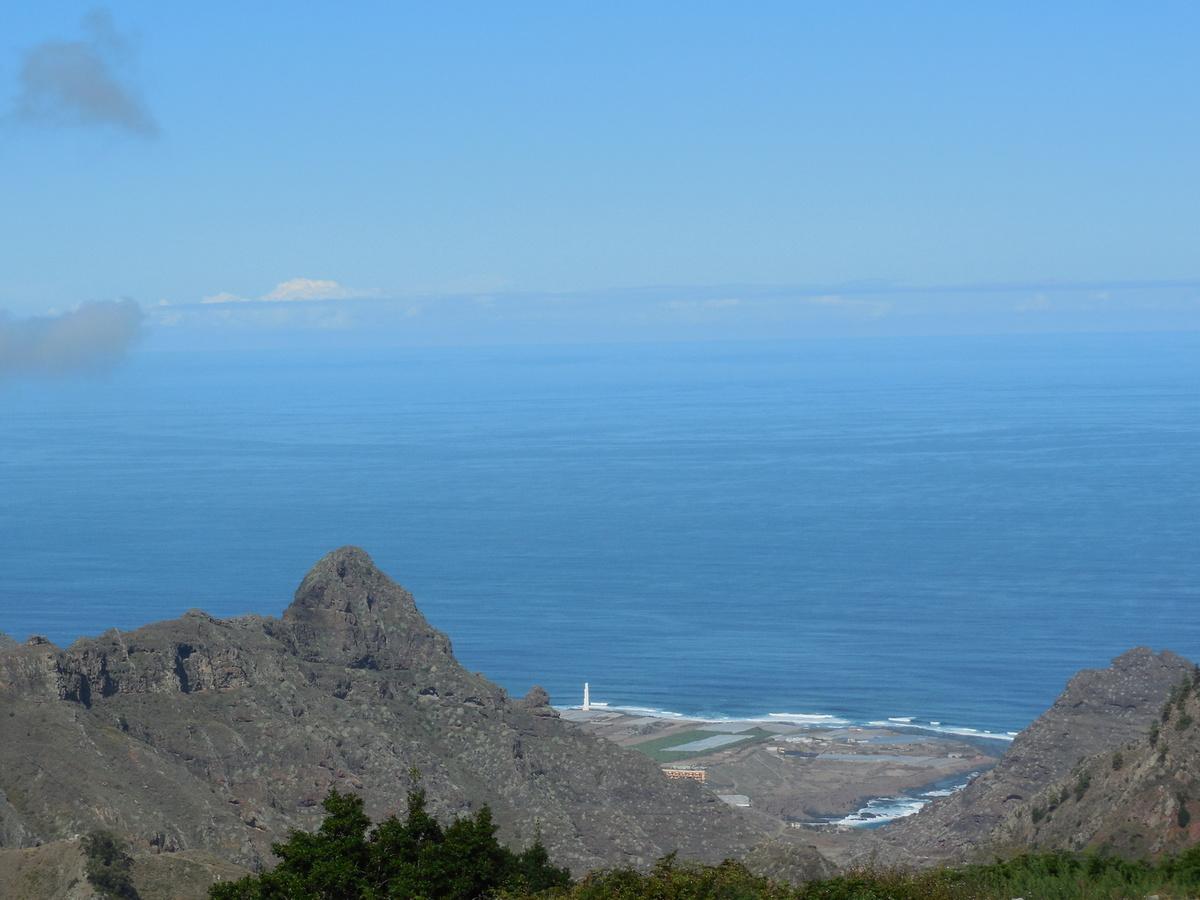 Au loin, le phare de Punta del Hidalgo.