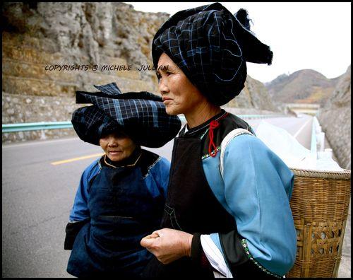 Blog - 48 -   Femmes Buyi sur la route