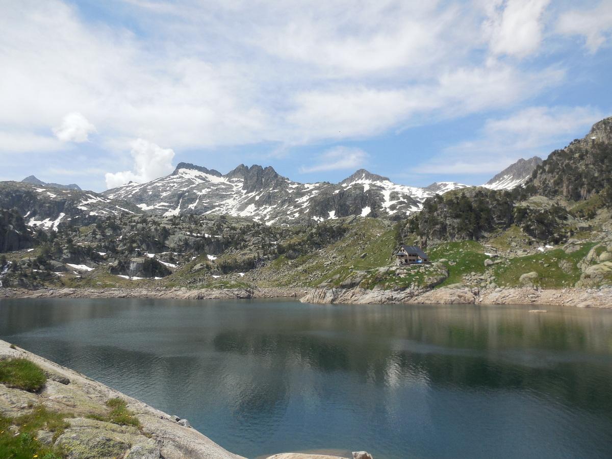 et vue sur le nouveau refuge situé en bordure de l'Estanh Major (2135 m)...