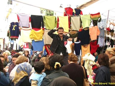 Sur un marché à Findikzade istanbul