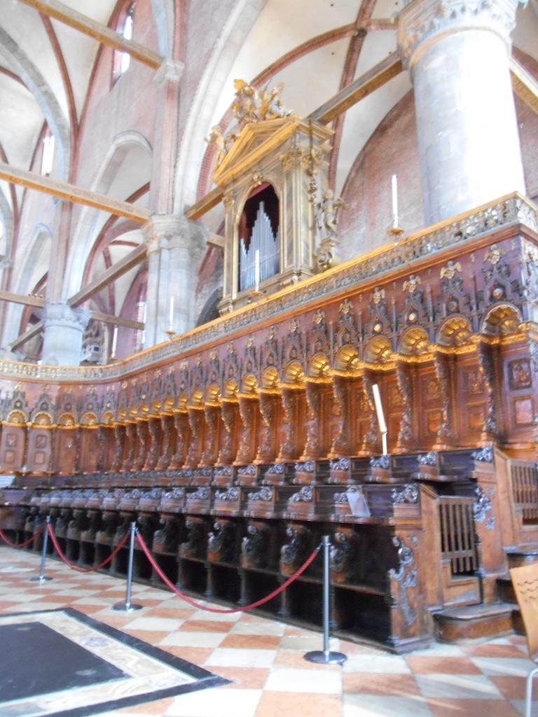 Le choeur constitué de cent vingt-quatre stalles de bois du sculpteur Marco Cozzi, datant de 1468