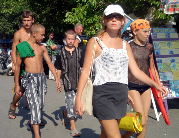 yalta plagistes torse nu en ville