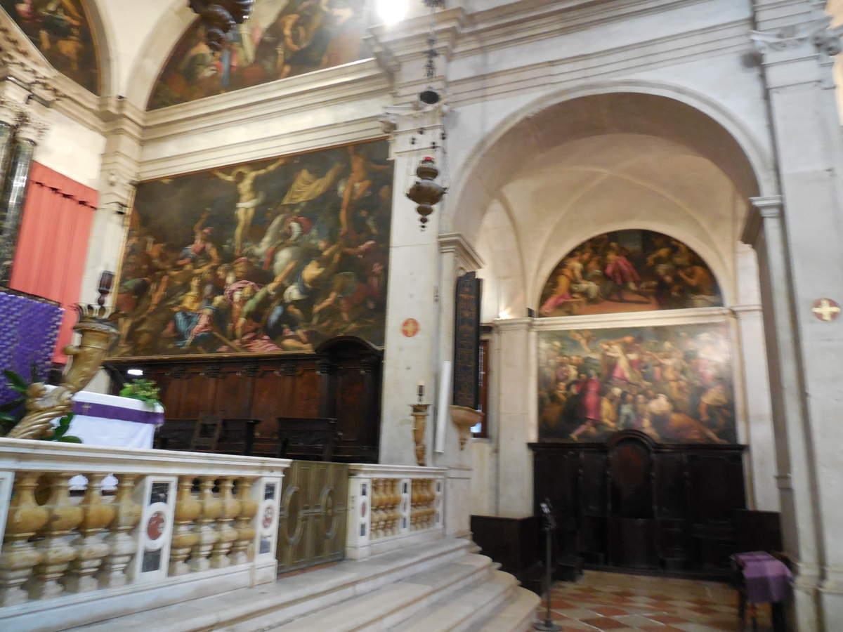et l'église San Giovanni Grisostomo qui se remarque à peine, coincée entre des maisons.