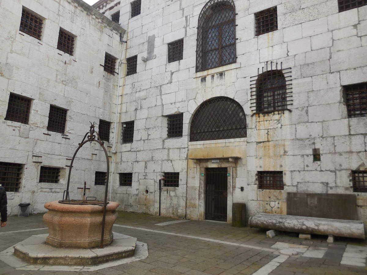 Cour intérieure de la prison.