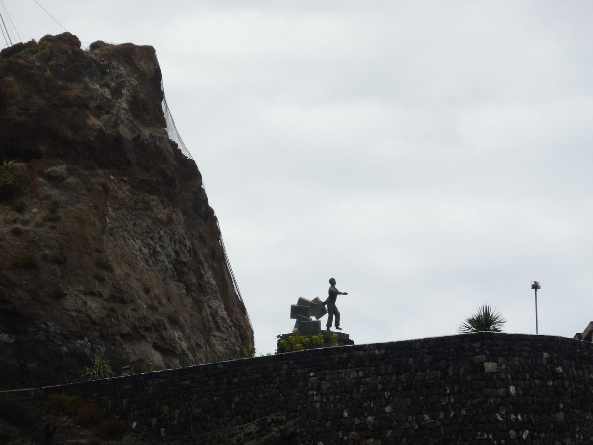 Monument dédié aux émigrants Canariens...