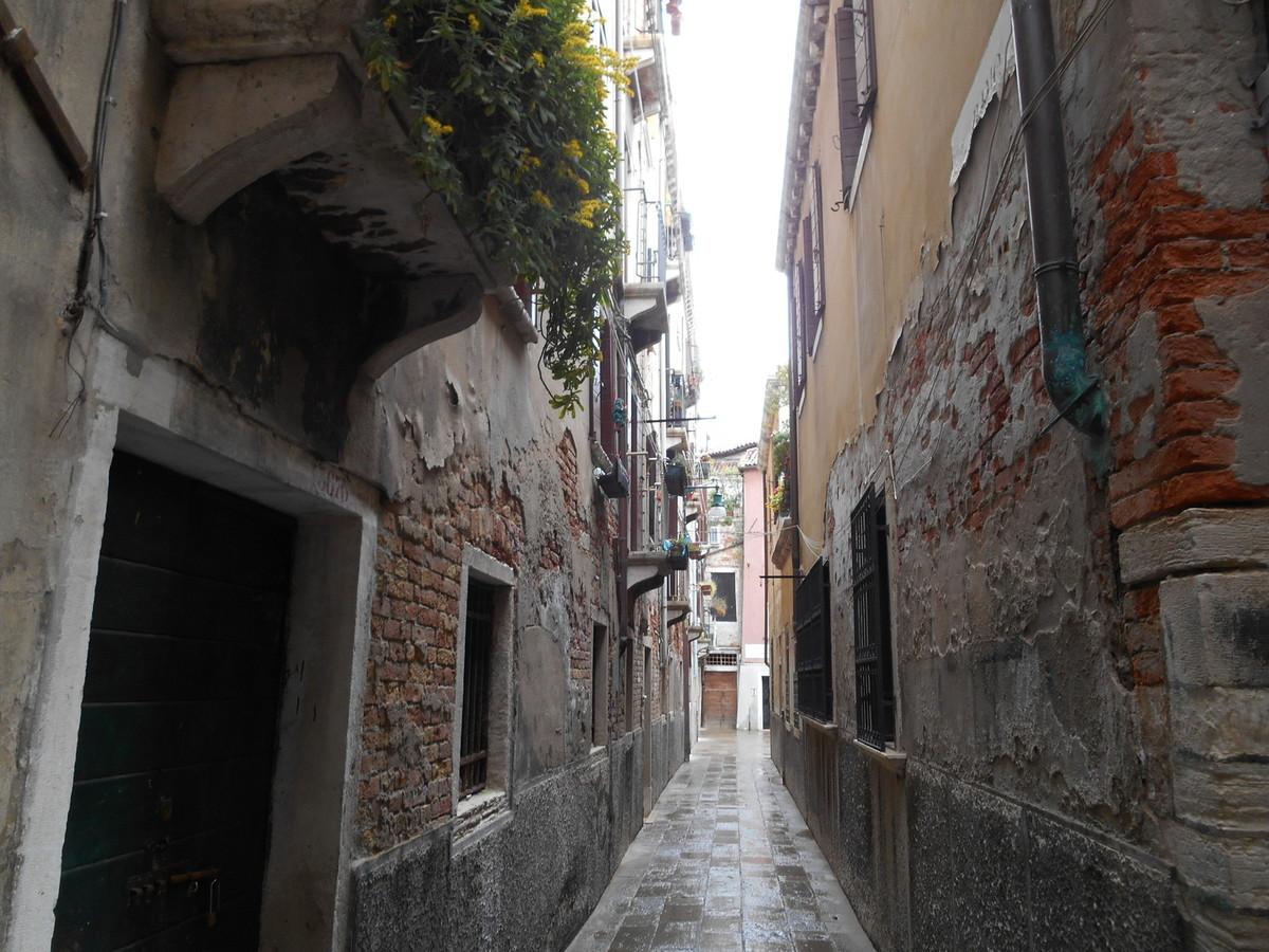 Ruelle nous menant vers l'église San Giorgio del Greci...
