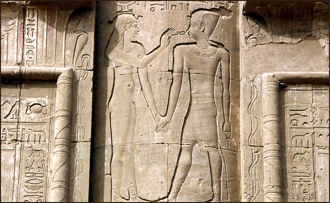 osiris insuffle la vie a pharaon edfou