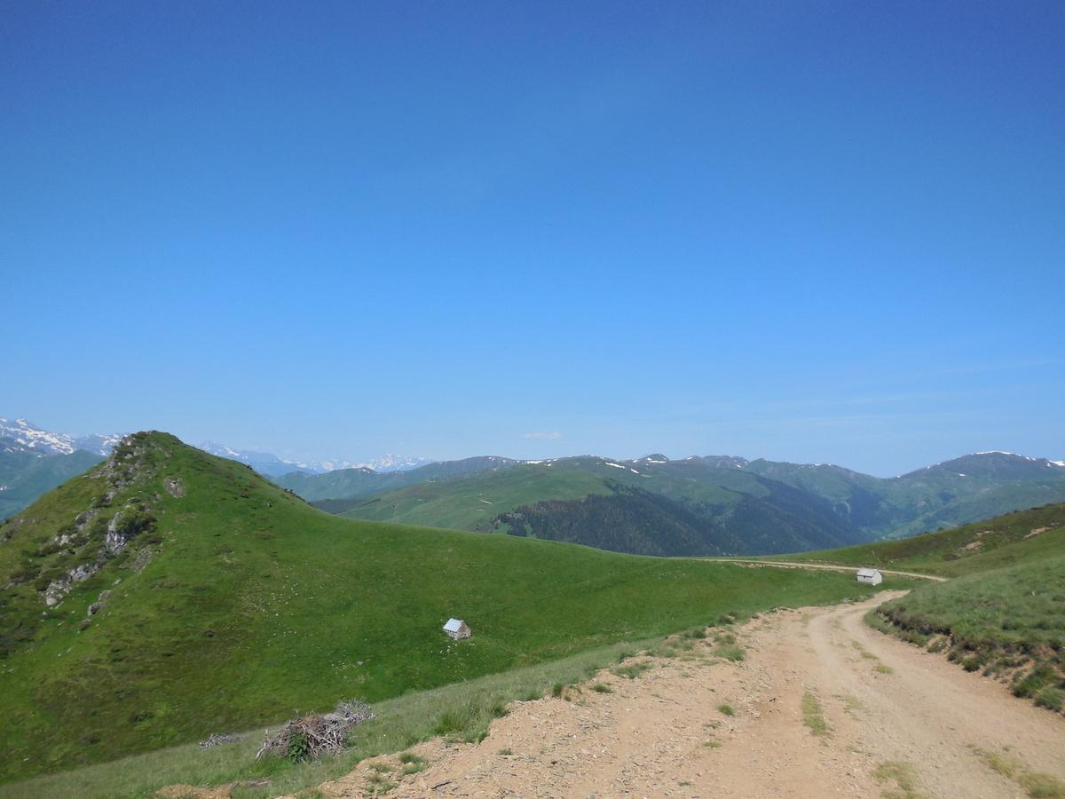 Direction le sommet d'Antenac, mais avant nous passons par les Caps de Racouère (1793 m), de la Coume de Mourdère (1830 m),de la Coume (1843 m), de Bassias (1887 m), de la passage des Agnéres (1952 nm)...