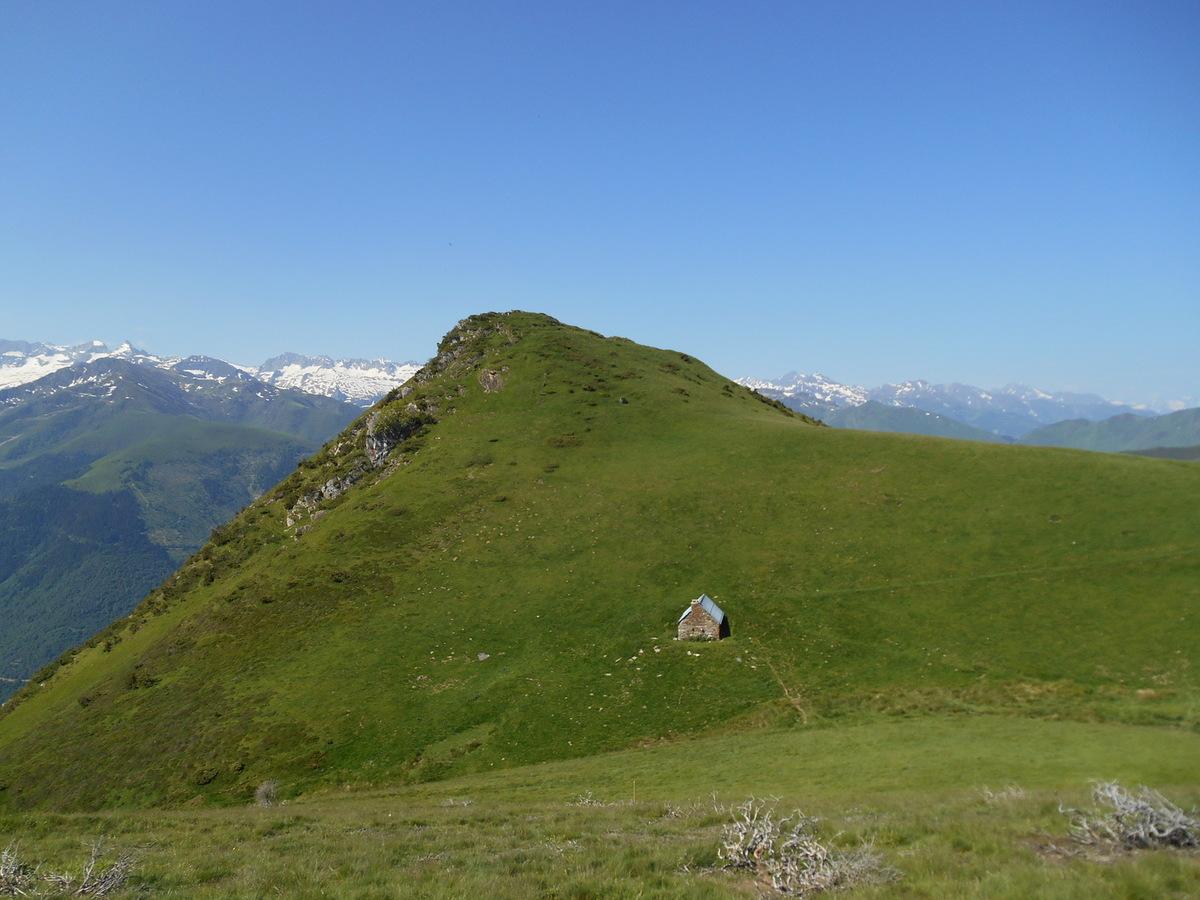 La cabane de Courrau et le Cap de la Pique de Plas....