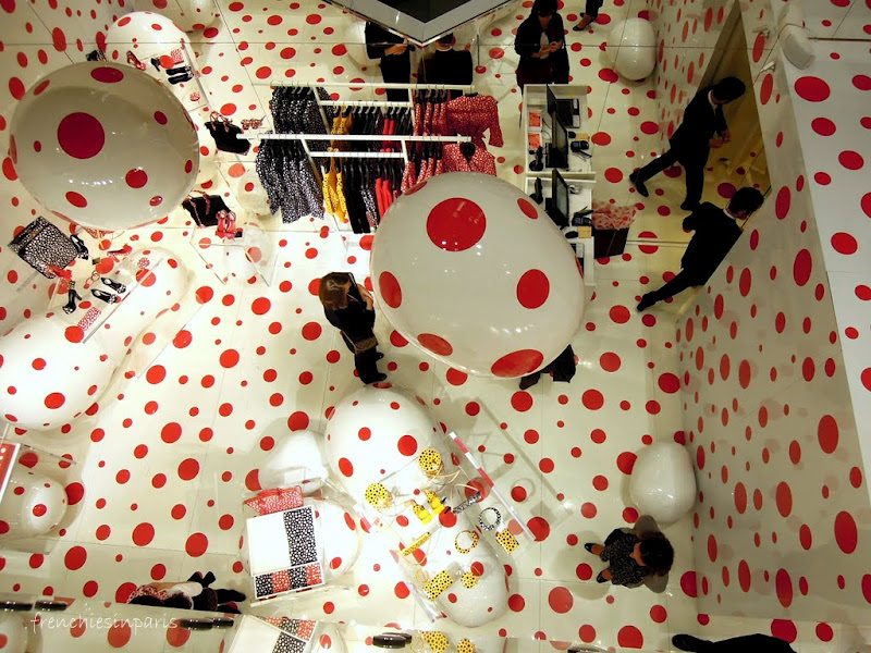 paris insolite histoire de pois entre yayoi kusama et louis vuitton. Black Bedroom Furniture Sets. Home Design Ideas