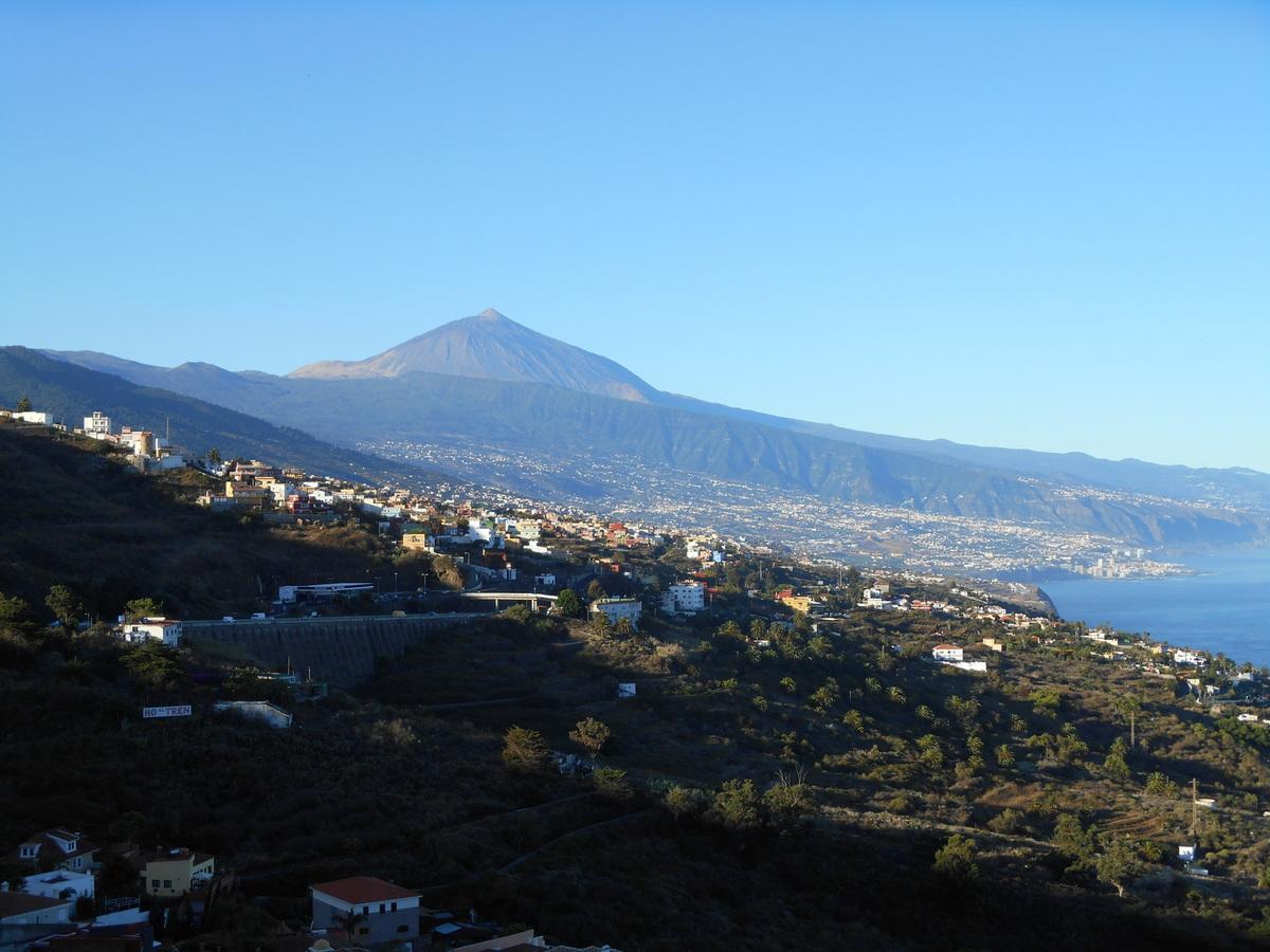 La ville de Puerto de la Cruz, la vallée de la Orotava et au fond, le Teide...