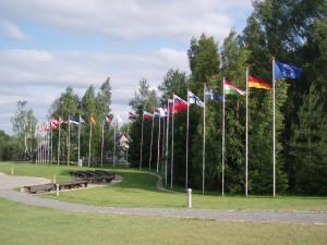 28 drapeaux : 27 nationaux+ la bannière aux douze étoiles d'or