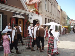 Un dimanche de fête, au printemps, dans les rues de Kaunas