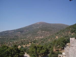 Au pied de la montagne se tient le théâtre