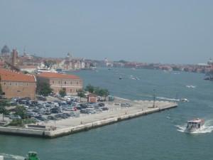 Le ferry quitte le termnal de tronchetto pour entre dans le canal de la Giudeca